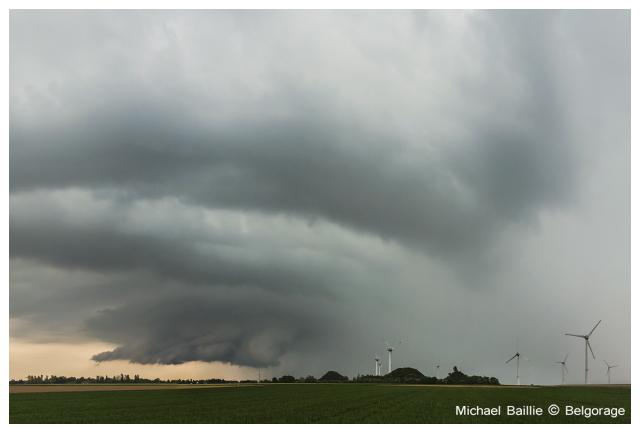 Orage supercellulaire sévissant sur la ville de Binche et observé depuis la région d`Estinnes en province de Hainaut, le 11 mai 2016. Crédit photo : Michael Baillie